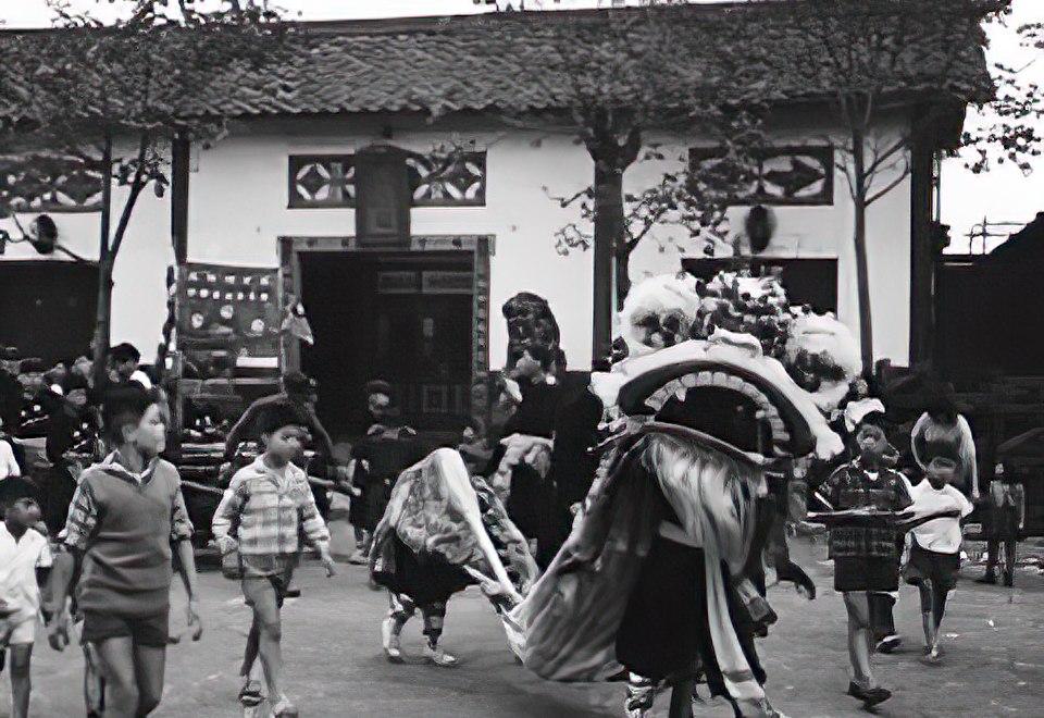 三代目関帝廟で中華人民共和国の国慶節を祝う獅子舞